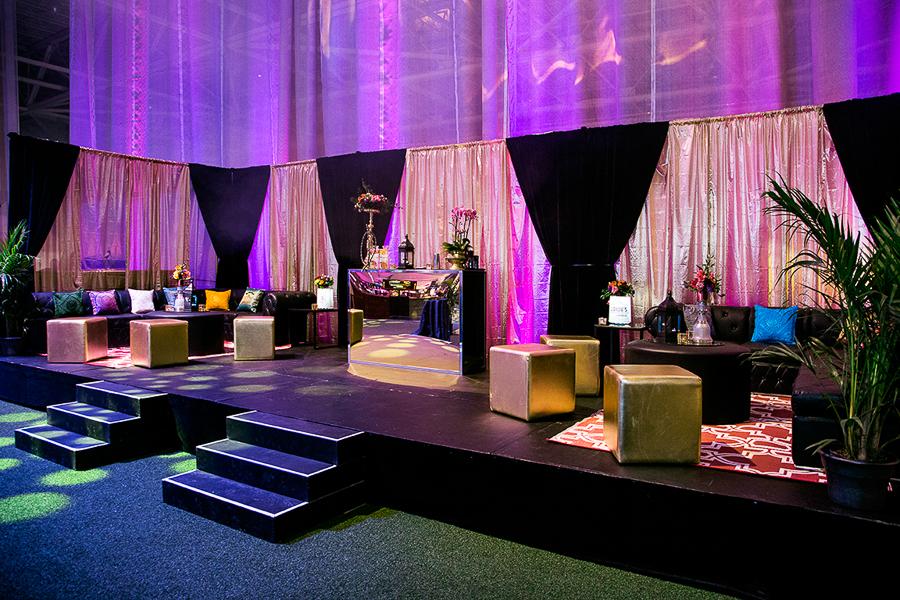 Lounge principal en noir et or.