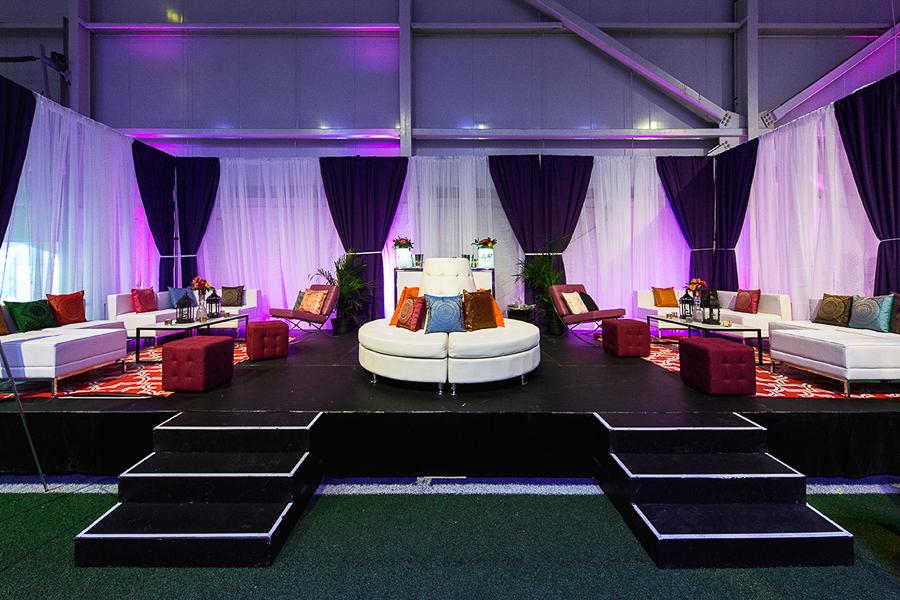 Lounge VIP en blanc et violet.