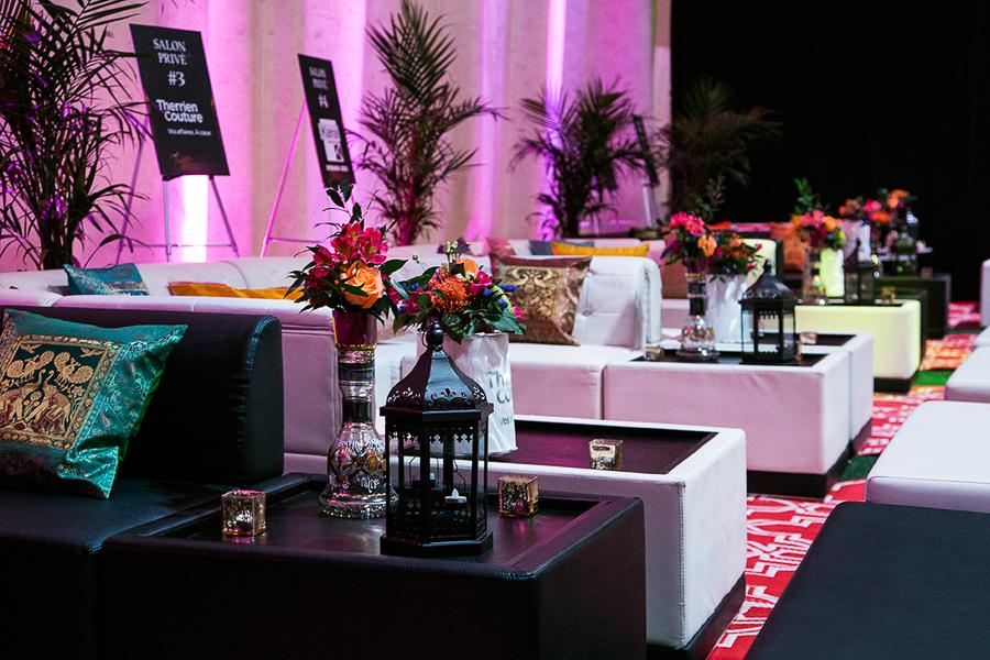 Lounges VIP avec décor personnalisé.